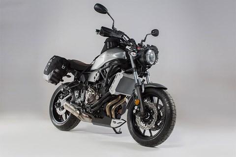 Yamaha XSR700 mit Gepäck im Retro-Look von SW-MOTECH