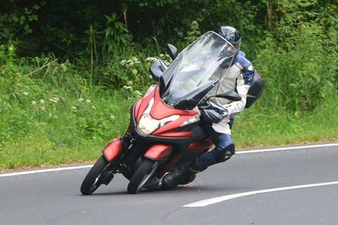 Yamaha Tricity (Härte-)Test auf der Landstraße