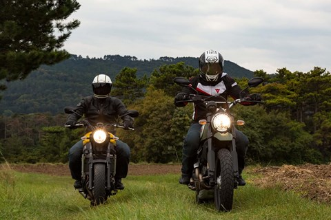 Ducati Scrambler Urban Enduro vs. Yamaha XSR 700  Test 2016 Video
