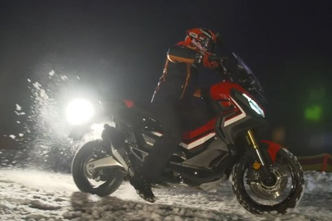 Marc Marquez im Schnee mit dem neuen Honda X-ADV!