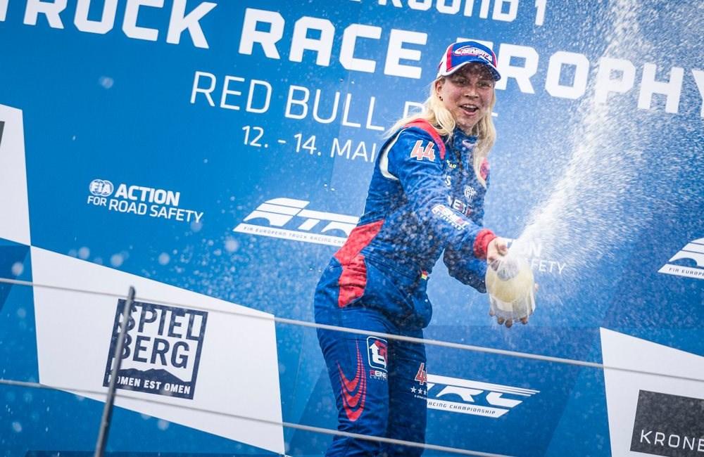 TRUCK RACERIN FEIERT SIEG AM SPIELBERG