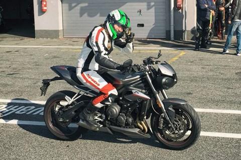 Einsteigerin fährt Triumph Street Triple 800 RS