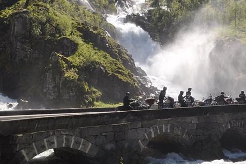 Auf einer Indian die mystische Westküste Norwegens erkunden