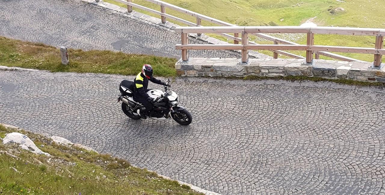 Triumph Speed Triple RS im Passstraßen-Test