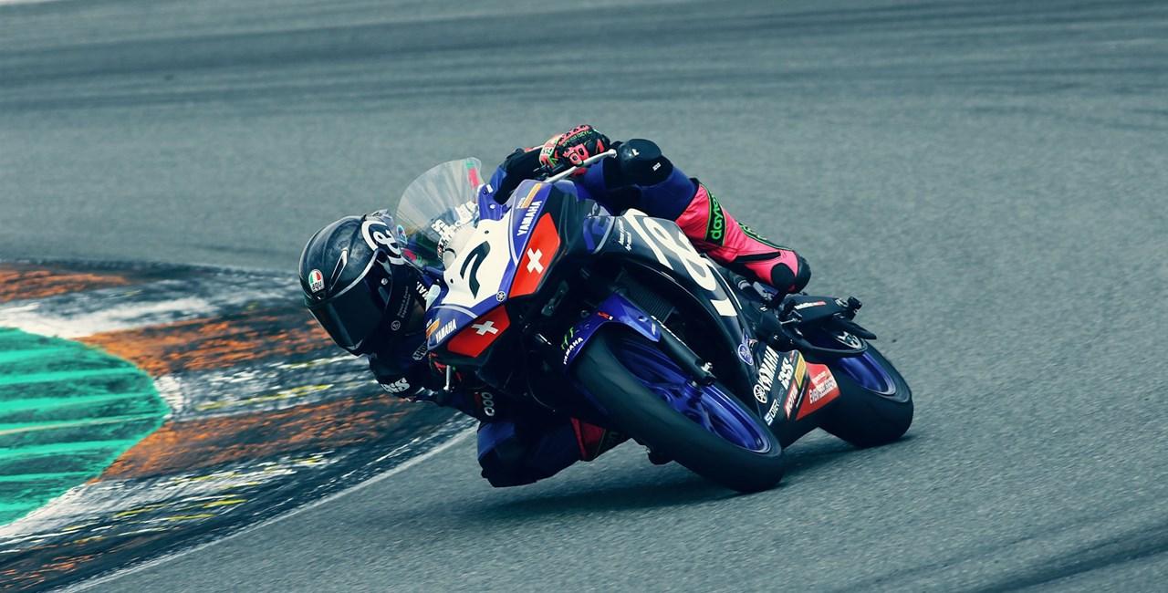 Das erste Rennen des Yamaha bLU CRu R3 Cups in Valencia