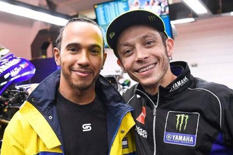 Rossi und Hamilton tauschen die Fahrzeuge in Valencia!