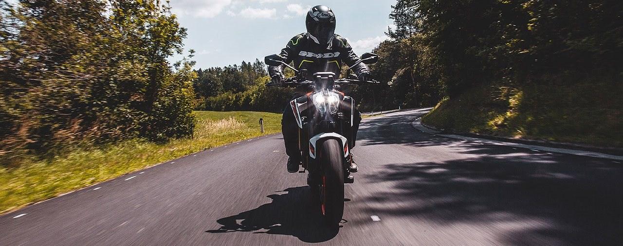 2020er KTM 890 Duke R auf der Landstrasse