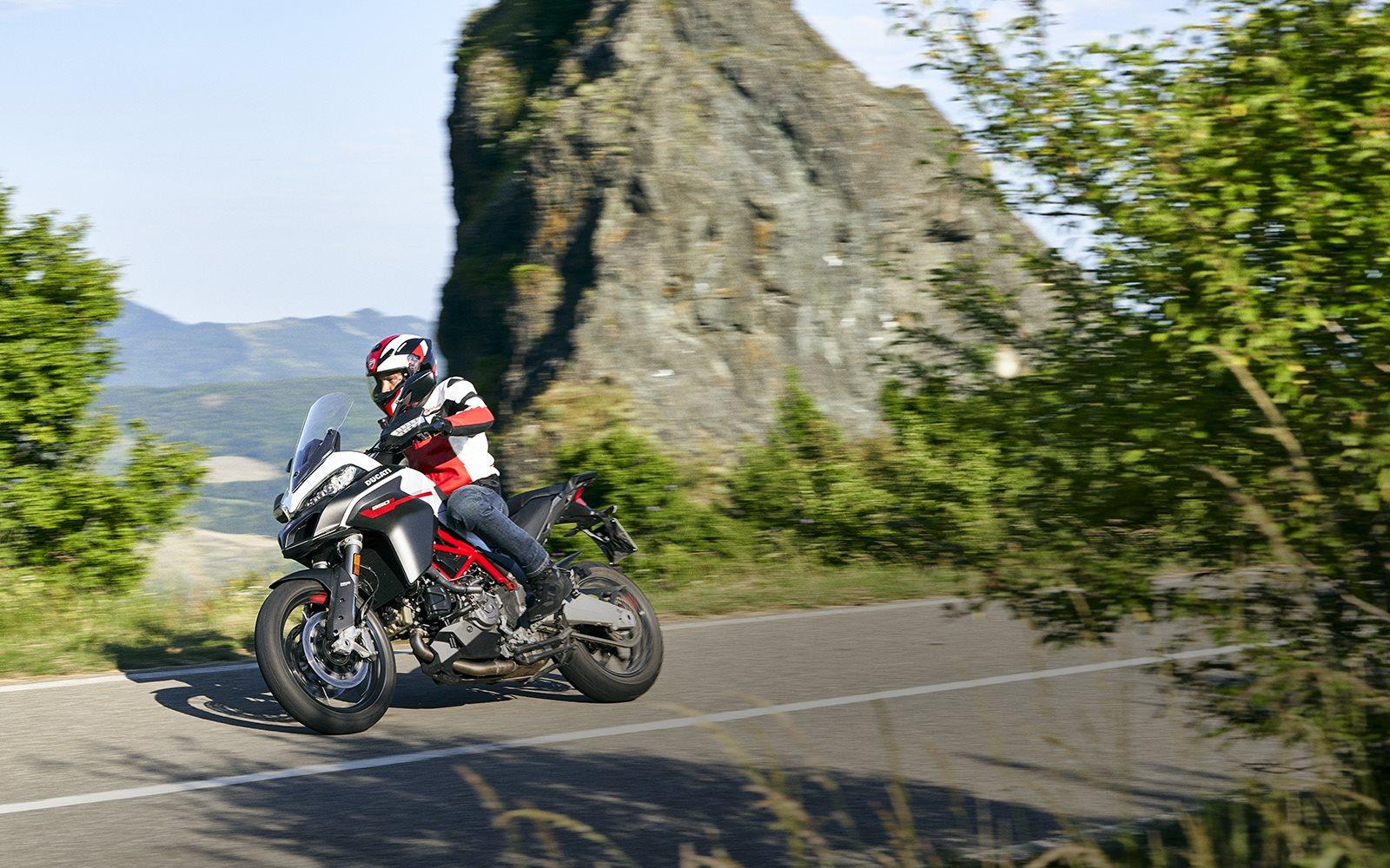 """Die Farbpalette der Multistrada 950 S führt die neue """"GP White""""-Lackierung ein, die von den MotoGP-Grafiken von Ducati inspiriert ist und der eleganten Linienführung des Motorrads einen sportlichen Touch verleiht."""
