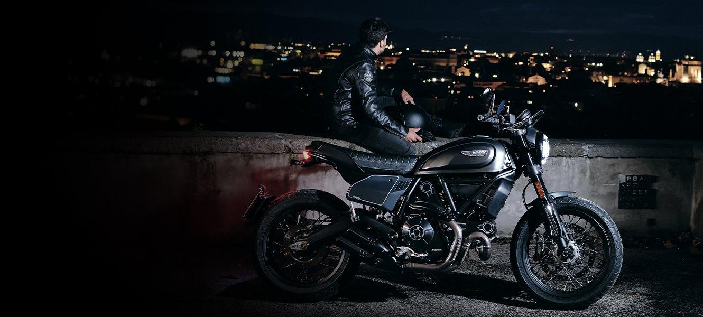Die neue Ducati Scrambler ist viel mehr als ein Motorrad, er ist eine neue Marke für die Kreativität, die freie Entfaltung und für das Teilen von positiven Emotionen. Es ist eine Welt voller Spaß, Freude und Freiheit mit Motorrädern, Accessoires und Kleidung.