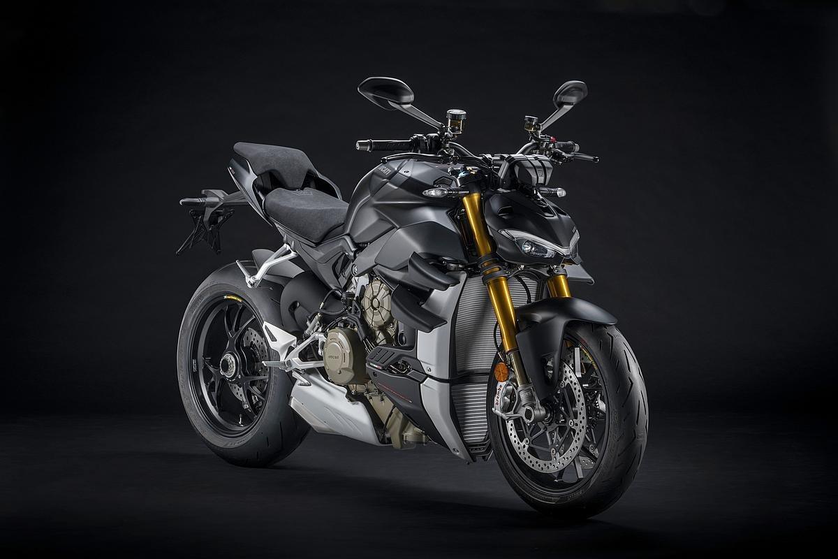 Für das Jahr 2021 präsentiert Ducati den Streetfighter V4 S in einem neuen Dark Stealth-Design - ergänzend zur Farboption Ducati rot. Darüber hinaus werden alle Modelle der Ducati Streetfighter V4-Modellreihe die neuen Euro-5-Standards erfüllen