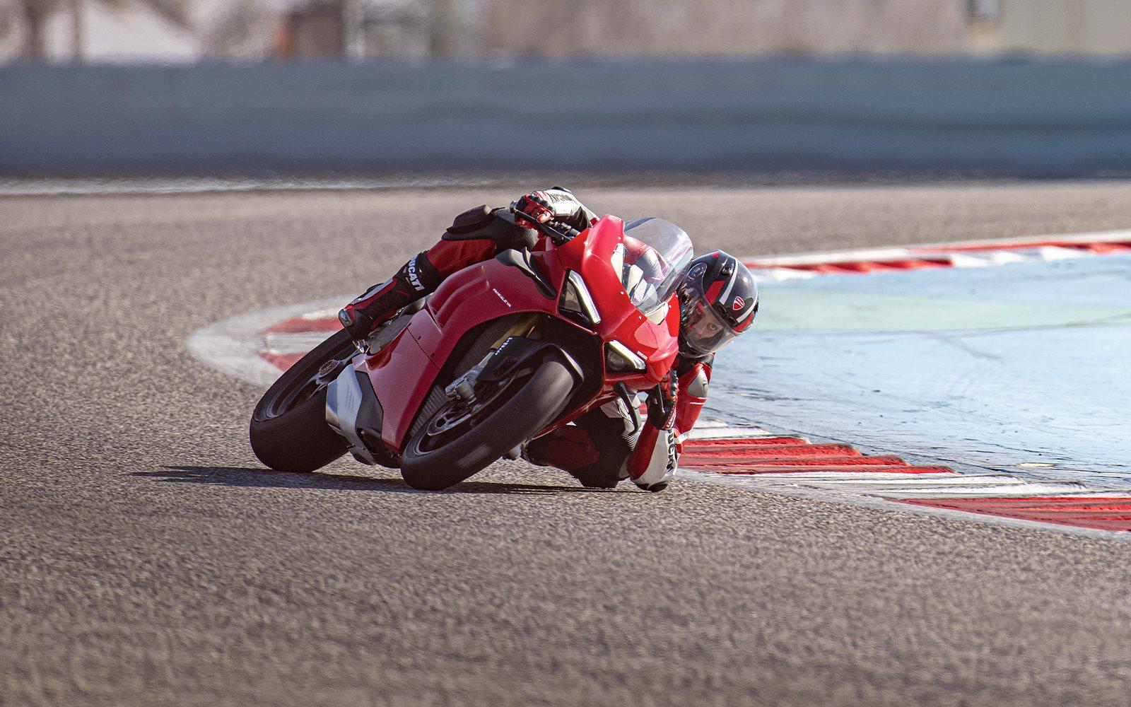 Año tras año, la Panigale V4 se renueva para ser más rápida y emocionante en la pista tanto para el piloto aficionado como para el profesional.