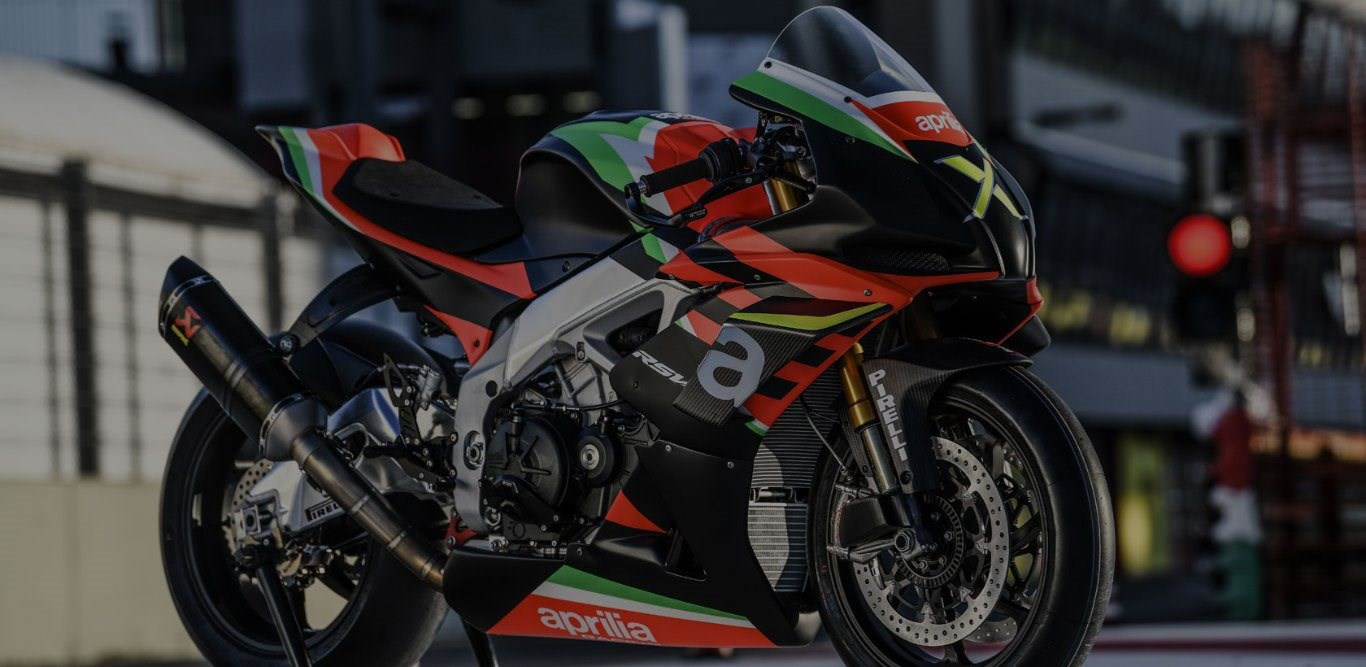 """Die limitierten """"zehn"""" RSV4 X nehmen bei Aprilia Racing Form an."""