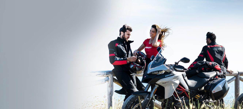 Entdecken Sie die Bekleidungskollektion und das Ducati Performance Zubehörprogramm, das sich perfekt für Ihre Reise eignet.