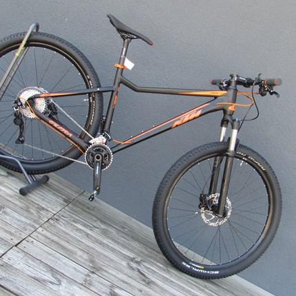 """KTM Ultra 1964 Rahmen: Ultra 29 Alloyframe (19""""/48)Farbe: matt schwarz, orangeSchaltung: Shimano SLX M7000-11Reifen: Schwalbe Rapid Rob, K-Guard 57-622Gesamtgewicht von 13,9kg"""