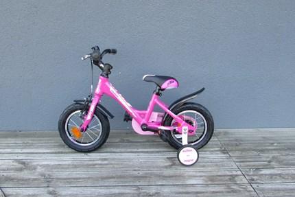 "KTM Kids 1.12 KTM Kinderfahrrad 1.12 GirlRahmen: AluminiumFarbe: rosa/weißLenker: RizerGabel: UnicrownSattelstütze: Kalloy SP-200Reifen: Rubena 12""Bremsen: V-BrakesSchutzblech ist aus PlastikGewicht: 9,7kg"