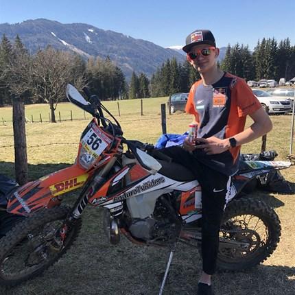 Lorenz Gössler Lorenz Gössler #25 - Team Euro Motors Graz Das junge Nachwuchstalent wird mit seiner KTM beim ÖsterreichischenEndurocup und bei der Austria Cross Country Meisterschaft an den Start gehen.
