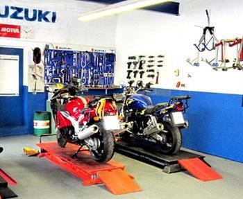 Mit unserer Motorrad Werkstatt bieten wir Dir das rundum sorglos Paket für Dein Motorrad. Von der Inspektion über Reparaturen bis zur Unfallinstandsetzung - und das nicht nur für Motorräder und Scooter von SUZUKI, sowie Ro...