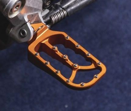 R/G Alu Fussrasten 15 mm tiefer & 25% grössere Auftrittsfläche   Die R/G-Fussraster sind fünfzehn Millimeter tiefer und haben eine um25% größere Oberflächeals die Originalen. Sie wirken sich besonders auf einen besseren Fahrkomfort auf längeren Strecken aus. Durch die größere Auftr...