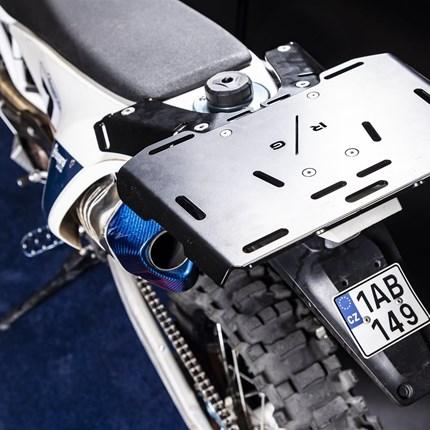 """R/G  """"Der Gepäckträger""""  Husquarna 701 Der kleine Grundträger berücksichtigt die Größe und Form des Motorrades. Dies ermöglicht das leichte Befüllen des Tanks. Aufgrund der Vielzahl von Löchern können Sie jede kleine Hecktasche, Ersatzschläuche, Grundwerkzeuge..."""