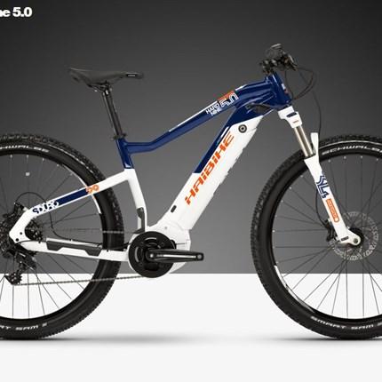 Haibike HardNine 5.0, Gr.M, 44cm, weiß/blau/orange SDURO HardNine 5.0, 500Wh, 11-GangRahmen: Aluminium 6061, ScheibenbremseFarbe: weiß/blau/orangeMotor: Yamaha PW-SE System, 250W, 25km/hDisplay: Yamaha Side SwitchBatterie: Yamaha InTube, 500WhLadegerät: Yamaha Schnellladeg...