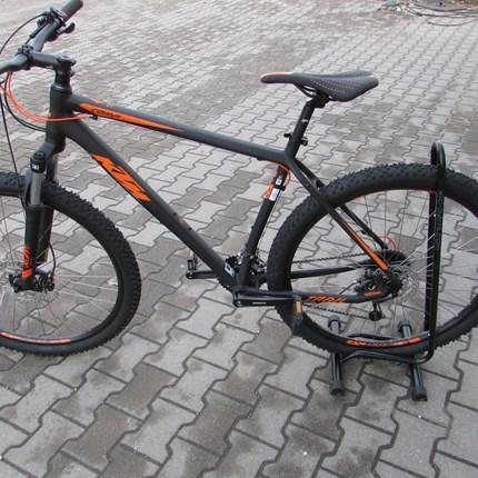 KTM Trail Comp 29.27 Gr.M  KTM Trail Comp 29.27, Gr.M, 48cmRahmen: Aluminium 6061, MTB Ultra Disc M1442Farbe: schwarz/matt (orange)Schaltung: Shimano DeoreSchalthebel: Shimano AltusReifen: Impac Smartpac TwinSkin 57-622Gesamtgewicht: 15,2 kg ohne Pe...