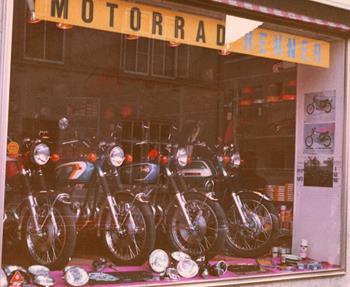 1971Die IdeeDie Motorradbeigeisterung und ein leer stehendes Ladengeschäft in Lörrach, Ecke  Wallbrunnstraße / Köchlinstraße, brachten 1971 Klaus Renner auf die Idee, in Lörrach Motorräder, Motorradbekleidung und Motorradz...