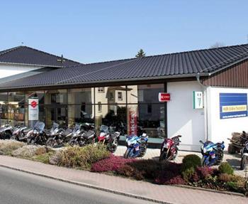 Als Verstragspartner der Marken Suzuki, Kymco, Benelli, Royal Enfield und MZ bieten wir Ihnen alles was das Biker-Herz begehrt.Diverse Neu- und Gebrauchtfahrzeuge, eine Fachwerkstätte sowie Bekleidung und Zubehör finden S...