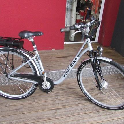 Vital Bike City  Gebrauchtes E-BikeKaufdatum: 2015Zul. Gesamtgewicht: 135 kgAntrieb: 250 W Ansmann VorderradnabenmotorSensorart: BewegungssensorBatterie: 324 Wh (36 V, 9 Ah) Li-Ionen Akku, abnehm- & abschließbarBatterieladestandsanzeige: L...