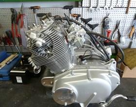 Wir reparieren fast alle Motorräder, ob Kawasaki, Honda, Suzuki, Yamaha, Kreidler, SYM, Zündapp. Wir führen Inspektionen, Reifenmontage, Zubehör-Anbauten TÜV-Abnahmen und Instandsetzungen von alten Schätzchen durch, bauen ...