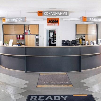 Unser Service Wir sind ein KTM Fachbetrieb, eine freie AUTOWERKSTÄTTE für alle Automarken und APRILIA Moped Stützpunkthändler.Unsere Leistungen im Überblick:VerkaufInspektionen nach HerstellervorgabeReparaturen aller ArtReifen Sofortser...