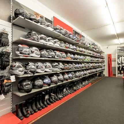 Fahreraustattung Neben der großen Motorradausstellung befindet sich unsere umfangreiche  Bekleidungsabteilung. Wir haben nicht nur eine riesige Auswahl an Markenbekleidung für jeden Geldbeutel, bei uns werden Sie auch kompetent von geschul...