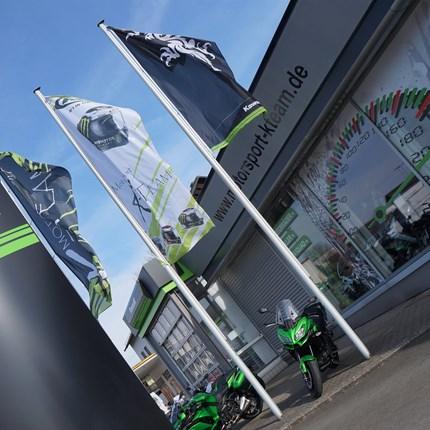 ÜBER UNS Herzlich Willkommen auf den Internetseiten von Motorsport K-Team - Ihren Kawasaki-Vertragshändler in Rehau. Als Ihr Motorradhändler bieten wir Ihnen in ansprechenden Verkaufsräumen eine breite Auswahl an sofort verfügbaren...