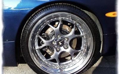 Corvette C5 20 Zoll Chromfelgen für hinten 2,85-30-20Remus Sportauspuffanlage mit HeckansichtMotordeckel in Fzg Farbe mitlackiertNeuer Lufteinlass von der Stosstange direkt zur Drosselklappe19 Zoll Chromfelgen für vorne 2,45-35-19