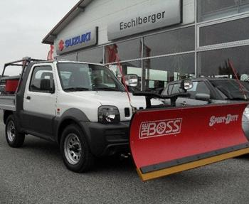 Suzuki Jimny Pick-Up mit Boss-Schild