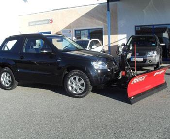Suzuki Grand Vitara 3-türig mit Boss-Schild