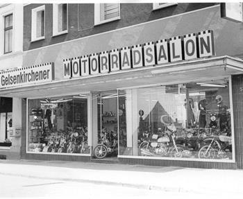 Die Erfolgsgeschichte Oeler begann mit dem Gelsenkirchener Motorradsalon. Damals noch mitten in der Stadt gelegen. 1965 übernahmen Margret und Karl-Heinz Oeler das Geschäft. Auf rund 250 Quadratmetern boten sie ihren Kunde...