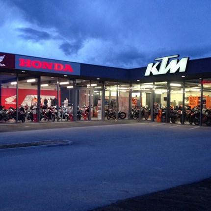 LOCATION Besuchen Sie uns! Sie erwartet eine große Auswahl an Bikes und individuelle Beratung.Als Honda Motorradhändler ist unser Antrieb die Leidenschaft für Leistung. Unser Ziel ist das passende Motorrad für Sie, egal ob neu oder...