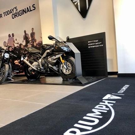 Concesionario Triumph ITALO MOTOR nace hace más de 35 años en Barcelona. Su fundador, un apasionado de las motocicletas, traspasó su pasión por las dos ruedas a sus hijos.Todo empezó trabajando para una de las pocas marcas de motos de la época,...