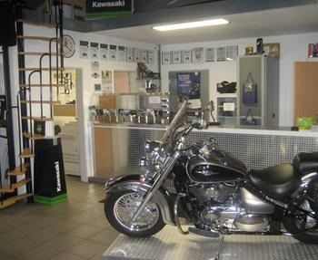 In unserer Werkstatt werden sämtliche Arbeiten an Rollern, Quads und Motorrädern durch unser stets geschultes Fachpersonal durchgeführt. Dabei werden hochwertiges Werkzeug und modernste Diagnosetechnik eingesetzt.Folgende ...