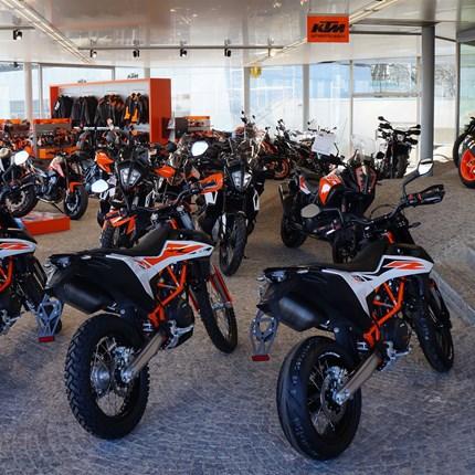 Unser Unternehmen Motorrad Leebmann in der Traminer Straße 2 in Passau ist ein Unternehmen der Leebmann Gruppe (www.leebmann.de), die im Jahr 2016 ihr 90-jähriges Firmenjubiläum feierte. Die Leebmann Gruppe ist ein familiengeführtes Unterne...
