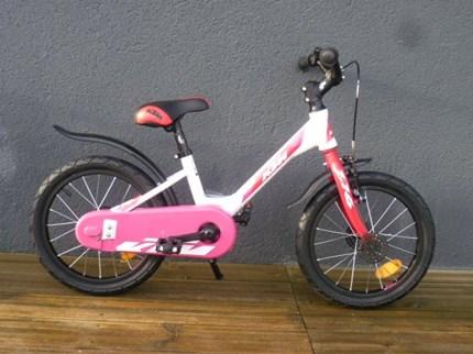 """KTM Kid 1.16 Girl KTM Kid 1.16 Girl16""""Farbe: weiß / rosaGabel: UnicrownReifen: Rubena 12""""Schutzblech: PlastikGesamtgewicht: 8,5kg€ 259,--"""