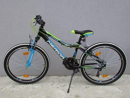 """Merida Junior Radl 24"""" Schönes Merida Junior RadlGröße: 24""""Rahmen: AluBremse: V-BrakeSchaltwerk: ShimanoFarben: blau/grün oder rot/blauJetzt nur € 299,--"""