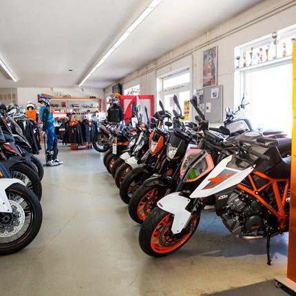 BvZ Motorradvermietung Bei BvZ können Sie die aktuellen BMW-Modelle und KTM-Modelle mieten. Es stehen flexible Tarife zur Verfügung. Ob für einen Tag, übers Wochenende oder wochenweise. Die Tarife enthalten die entsprechenden Inklusivkilometer, ...