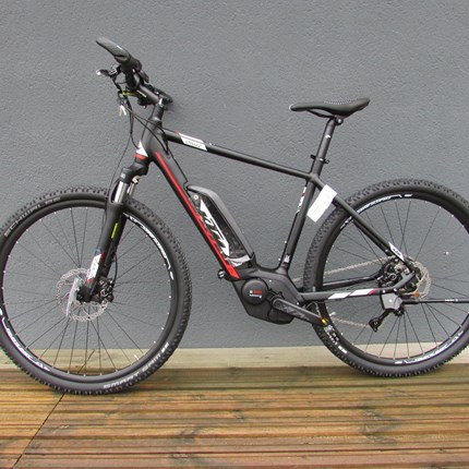 KTM Macina Cross 10 CX5 - 51 Macina Cross 10 CX551/10GMotor: Bosch Drive 36V-250W, 25km/hBatterie: Powerpack 13.4 Ah - 500WhDisplay: Intuvia LCDRahmen: CrossbikeRahmengröße: 51cmFarbe: schwarz / mattSchaltung: Shimano Deore M6000 GS shadowReifen: Schw...