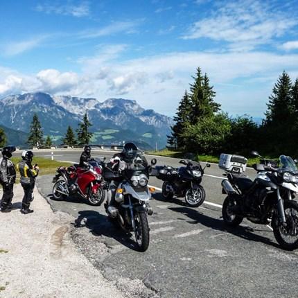 Mondsee-Tour  Wir trafen uns wie gewohnt um 9:00 Uhr beim Motorrad Streifeneder in Oberahrain. Nach und nach trudelten die meisten der angemeldeten Mitbiker ein,...