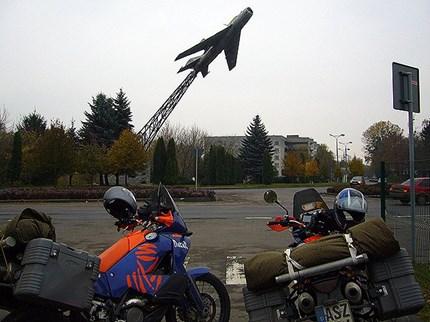 Abenteuer - Tour 2007 Im Osten Europas auf Abenteuertour Eigentlich geht der Motorradfahrer auf Tour, wenn die Sonne hier in Deutschland höher steigt oder nahe der Somme...