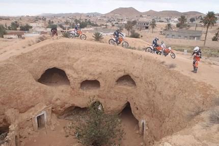 Tunesien Oasis Dünenmeer, Thermalquellen und Star Wars FilmkulissenIm Dünenmeer südlich der Oase Douz trainierte und testete das KTM-Werksteam für die Dakar-Rally...