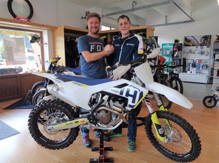 HUSQVARNA FC250 geht an einen neuen Besitzer!!! ;)  >>>HUSQVARNA FC250 / 2018 - ÜBERGABE Wir freuen uns, unserem treuen Kunden Fritz Reiter dieses tolle Bike zu übergeben!!! :) F... Weiter >>