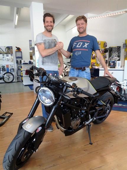 HUSQVARNA VITPILEN 701 - ROLL OUT!!!!  HUSQVARNA VITPILEN 701 - ROLL OUT !!! Wir gratulieren Markus Gosch zu diesem coolen Bike!!!! Viel Spass und Freude damit Marku... Weiter >>