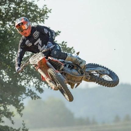 KTM Zauner Racing: Zeintl überzeugt mit Top 5 Resultat  Mehrnbach (OÖ) war Austragsungsort der siebten Runde zur Österreichischen Motocross Staatsmeisterschaft am 19. August. Das KTM Z...